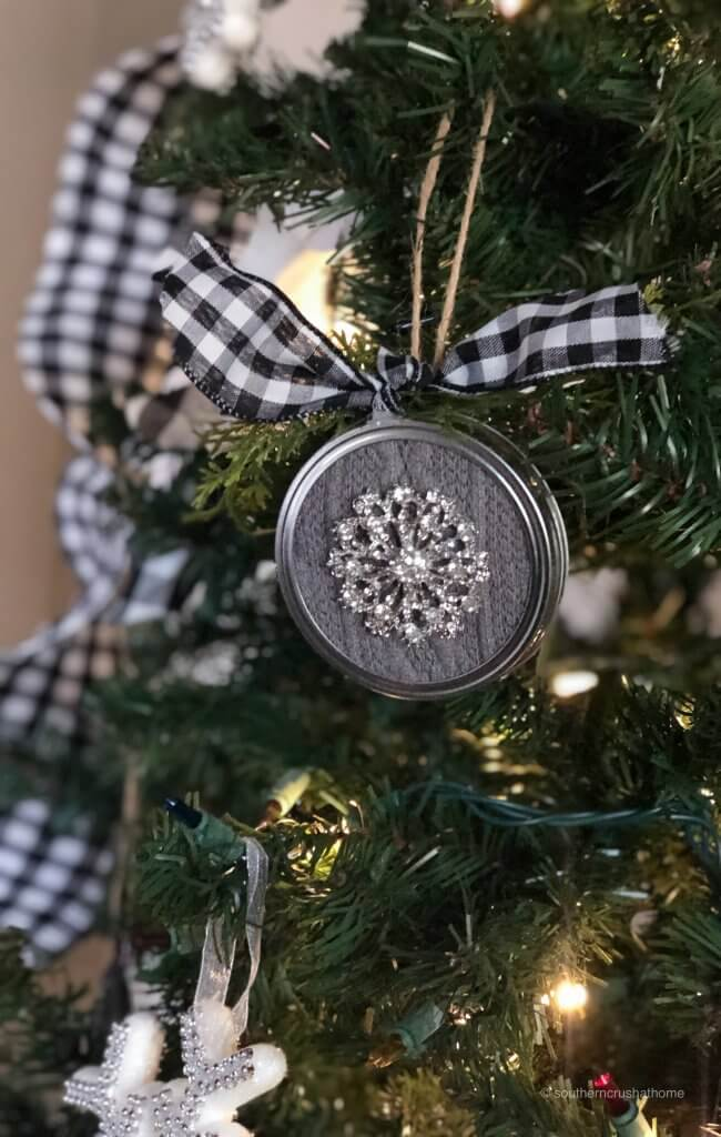 easy-mason-jar-lid-ornament-final-bling-tree