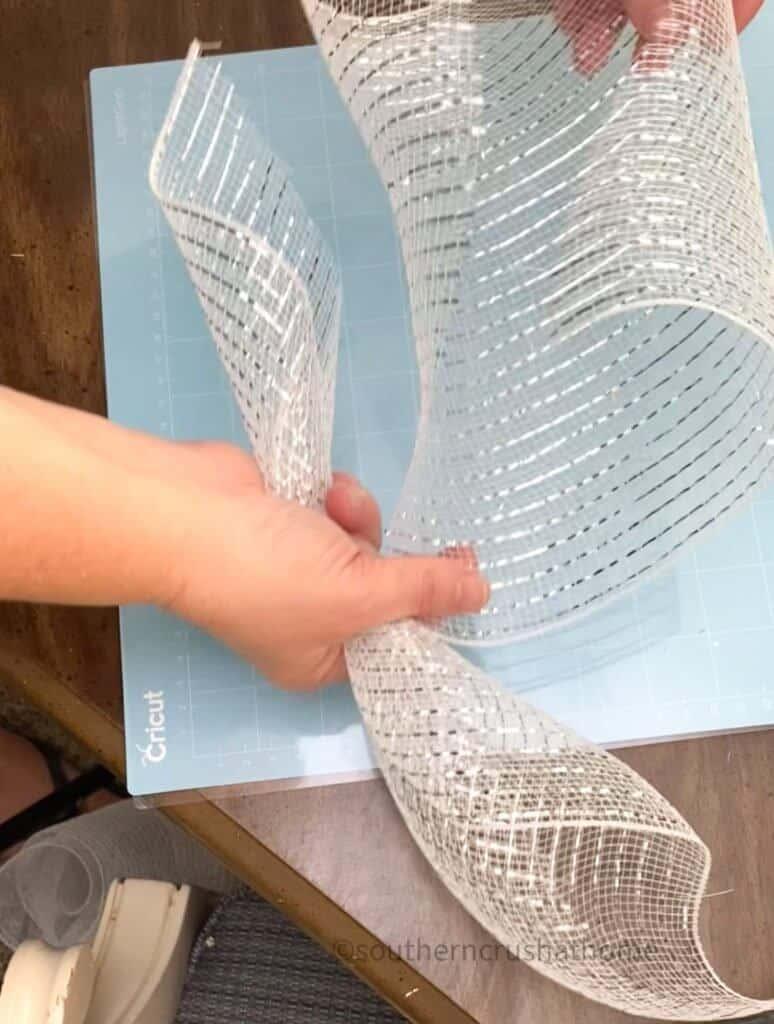 pinching deco mesh