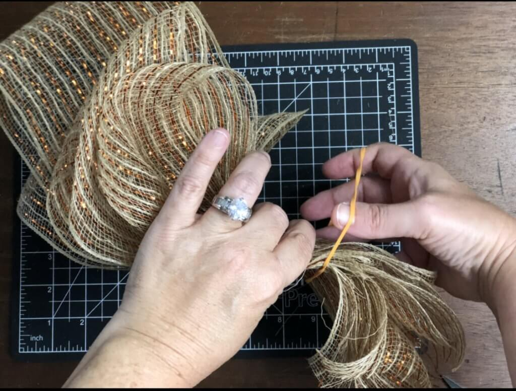 wrapping rubberband around deco mesh